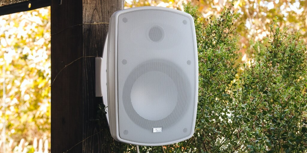 Stereo input speaker for outdoor setup